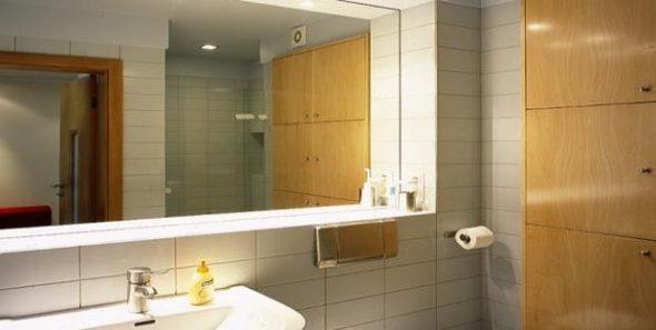 façon d'installer un miroir dans la salle de bain est un collage de carreaux