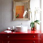 table de chevet sous l'évier rouge