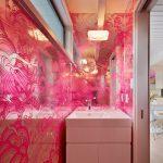 table de chevet sous l'évier rose