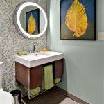 table de chevet sous la salle de bain de l'évier
