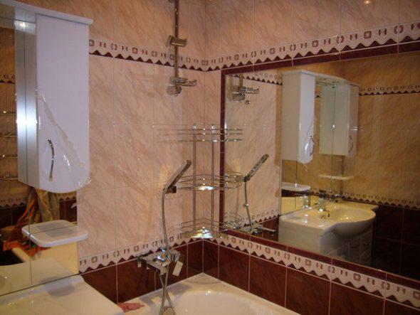 monter un grand miroir sur le mur