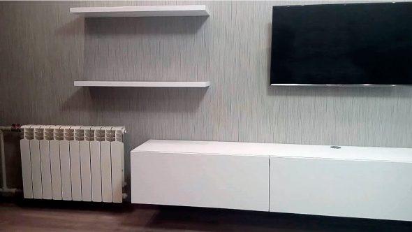 Valkoinen TV-hylly ilman kahvoja