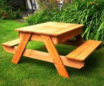 Table de rue en bois pour donner