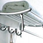L'étagère pour les serviettes dans la salle de bain est en métal