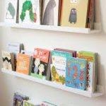 Hyllyt lasten kirjoja yli sohva