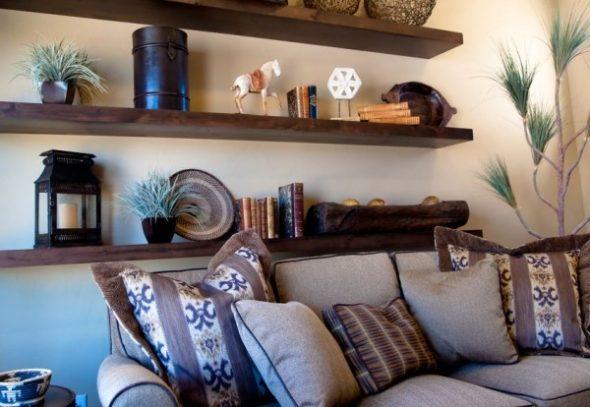 Hyllyt olohuoneen sohvan yläpuolella