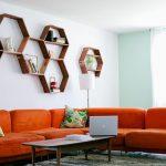 Honeycomb-hyllyt olohuoneen sohvan yläpuolella