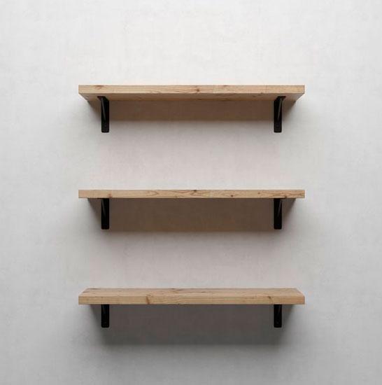 Yksinkertainen puinen hylly kirjoja