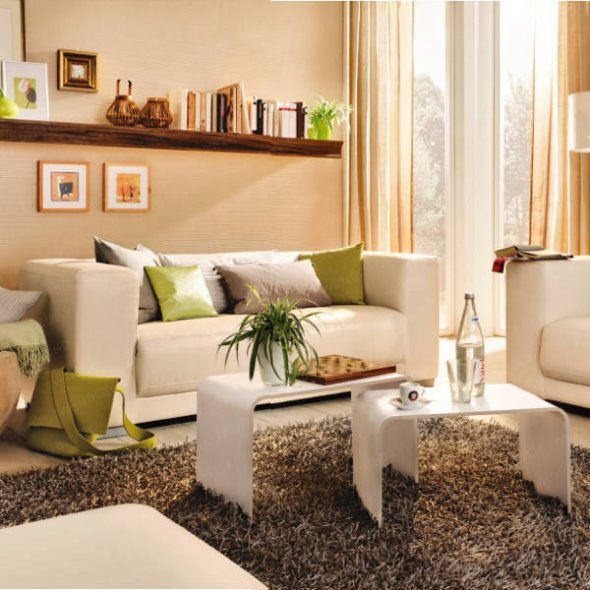 Seinän yli pienen olohuoneen sohvalla