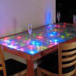 La table qui brille d'un arbre