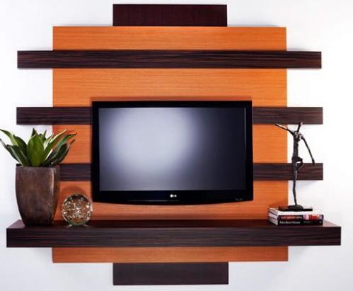 TV-seinä on koristeltu alkuperäisen muodon hyllyllä hieman tummemmassa tonalissa