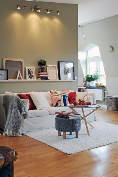 käytä seinän yläpuolella olohuoneen sohvaa