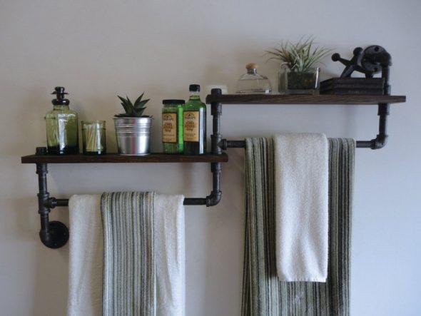 étagères avec de vieilles choses pour la salle de bain
