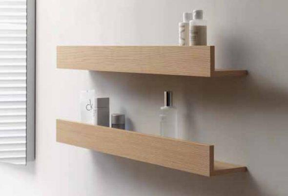 étagères pratiques dans la salle de bain