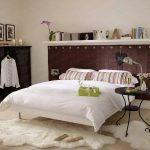 valkoiset hyllyt sängyn yläpuolella