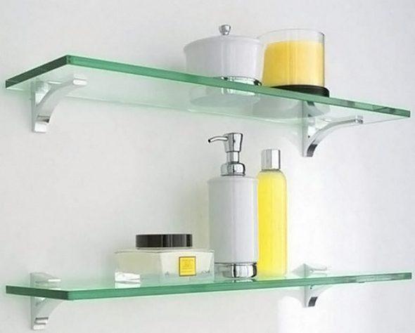 étagères en verre dans la photo de la salle de bain