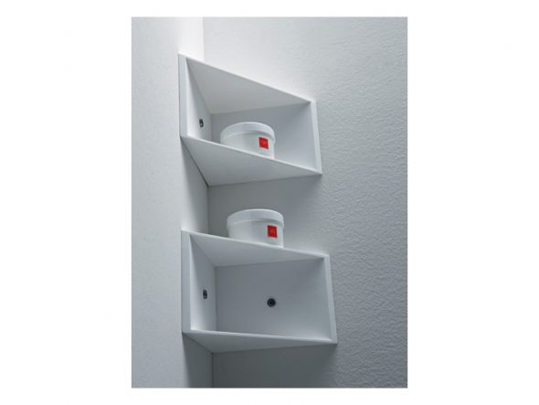 étagères de coin dans la salle de bain