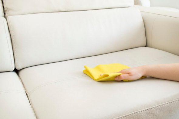 soin du canapé en cuir léger