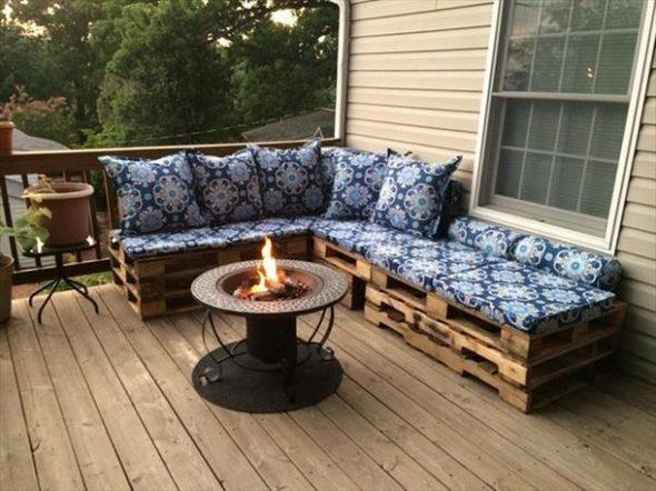 Canapé d'une palette avec des sièges moelleux