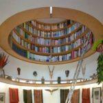 Kirjahylly on katossa lävistyksen muodossa