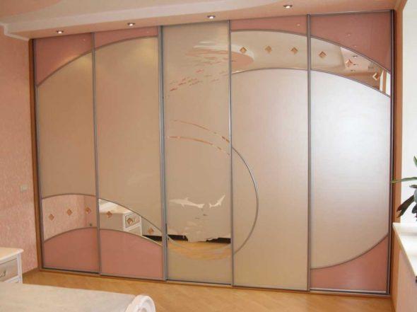 Belle armoire intégrée avec éclairage supplémentaire