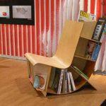 Tuolin lukeminen kirjahyllyillä