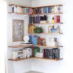 Pieni kodikirjasto huoneen nurkassa