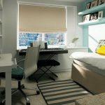 Petite chambre confortable avec espace de travail et de loisirs