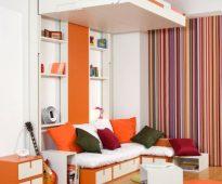 Petite chambre avec un lit au dessus