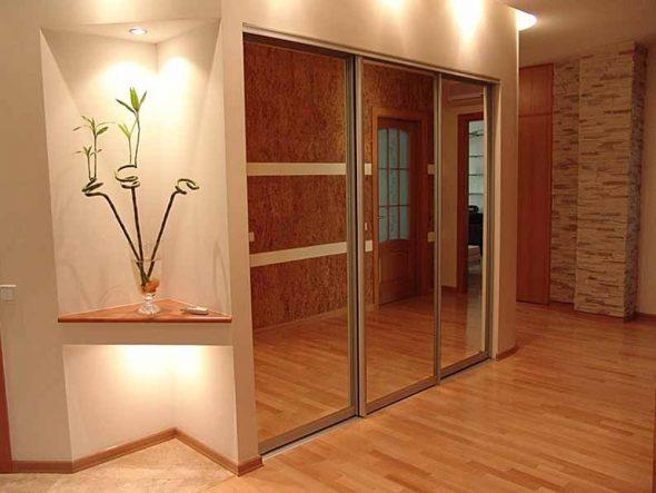 Rétro-éclairage pour un meuble d'angle en miroir