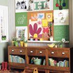 Kirjojen ja lelujen hylly lastentarhassa