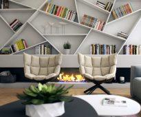 Ongebruikelijke planken voor decoratie en boeken boven de openhaard
