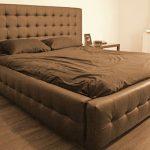 Grand lit confortable pour un bon sommeil avec les mains