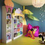 Kirkas hylly kirjoja ja leluja lastentarhassa