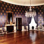 Salon baroque design violet foncé, blanc et or