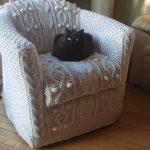 Chaise blanche comme neige avec partie extérieure tricotée