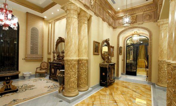 Riche intérieur baroque ressemblant à un palais avec des colonnes luxueuses