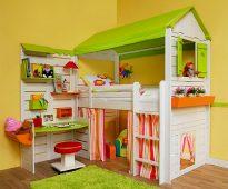 Maison en bois avec un lit et une table