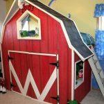 Lit mezzanine pour enfants en forme de maison avec un espace de jeu en bas
