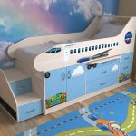 Lit bébé à côtés en forme d'avion