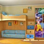 Chambre d'enfant avec un lit mezzanine pour un garçon en bleu avec Winnie l'Ourson
