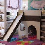 Beau lit mezzanine avec aire de jeux