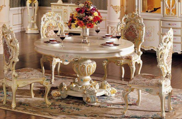 Beau mobilier dans la salle à manger de style baroque