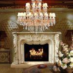 Belle cheminée dans le salon baroque