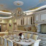 Une immense cuisine blanche et dorée au pouvoir du baroque