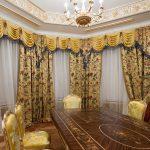 Salle à manger baroque lumineuse avec stuc doré et parquet artistique