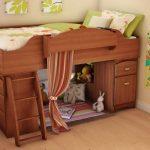 Chambre d'enfant confortable avec un lit mezzanine en bois