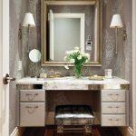 Coiffeuse blanche et dorée avec miroir