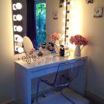 Valkoinen peilipöytä, jossa on meikkipeili