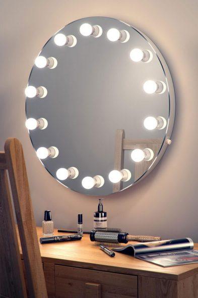 Suuri määrä valaisimia peilin ympärillä